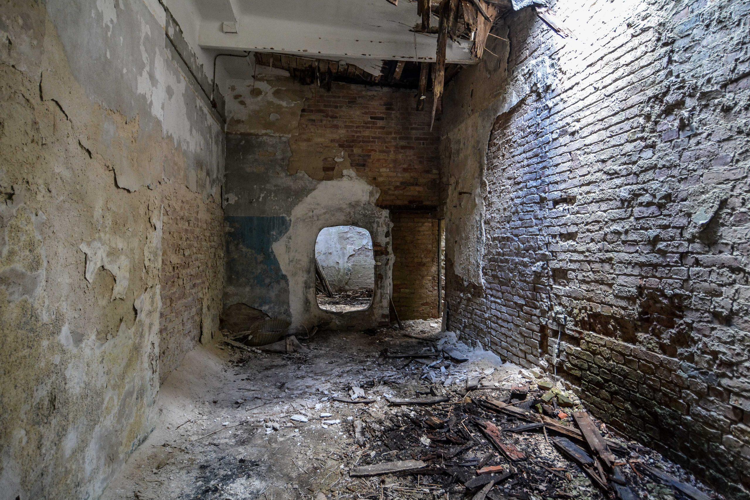 hole wall tuberkulose heilstaette grabowsee sanatorium oranienburg lost places abandoned urbex brandenburg germany deutschland