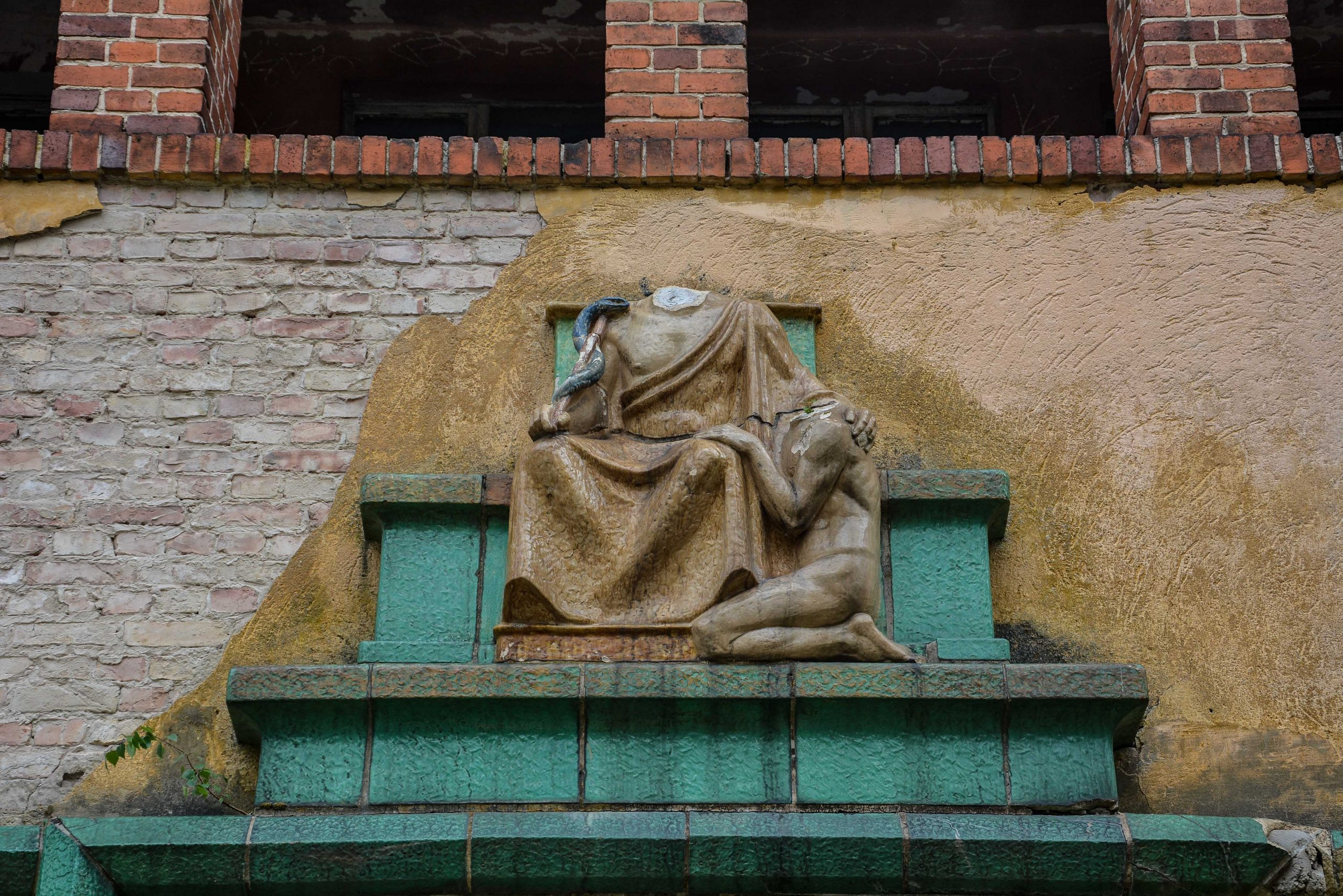 hypocrates statue tuberkulose heilstaette grabowsee sanatorium hospital oranienburg lost places abandoned urbex brandenburg germany deutschland