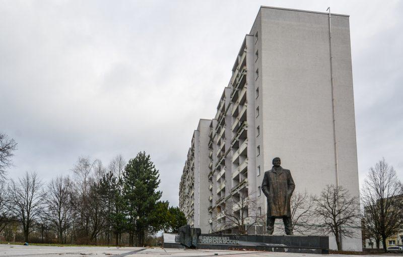 lenin statue denkmal memorial plattenbau building schwerin mecklenburg vorpommern germany deutschland