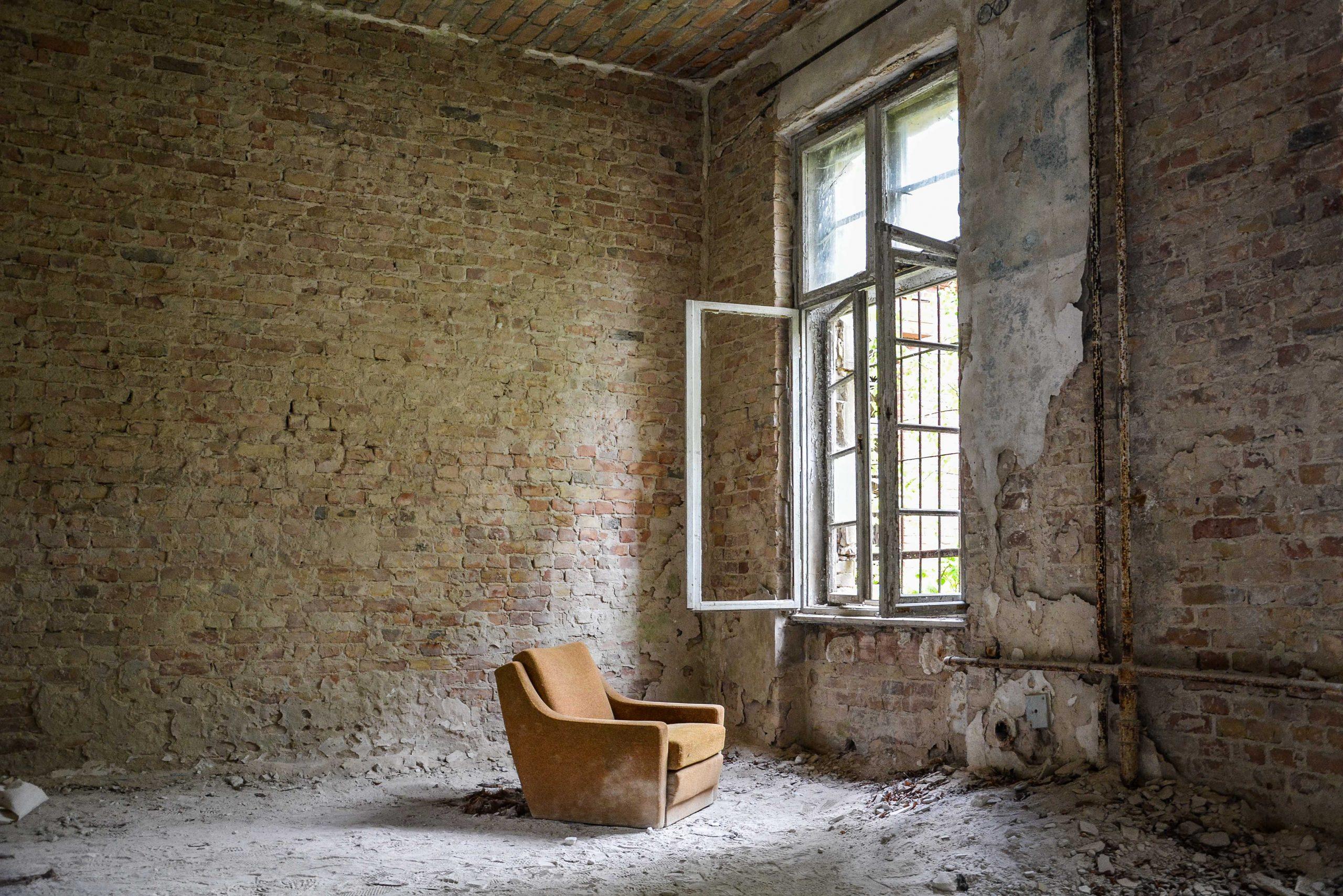 lone chair abandoned room tuberkulose heilstaette grabowsee sanatorium hospital oranienburg lost places abandoned urbex brandenburg germany deutschland