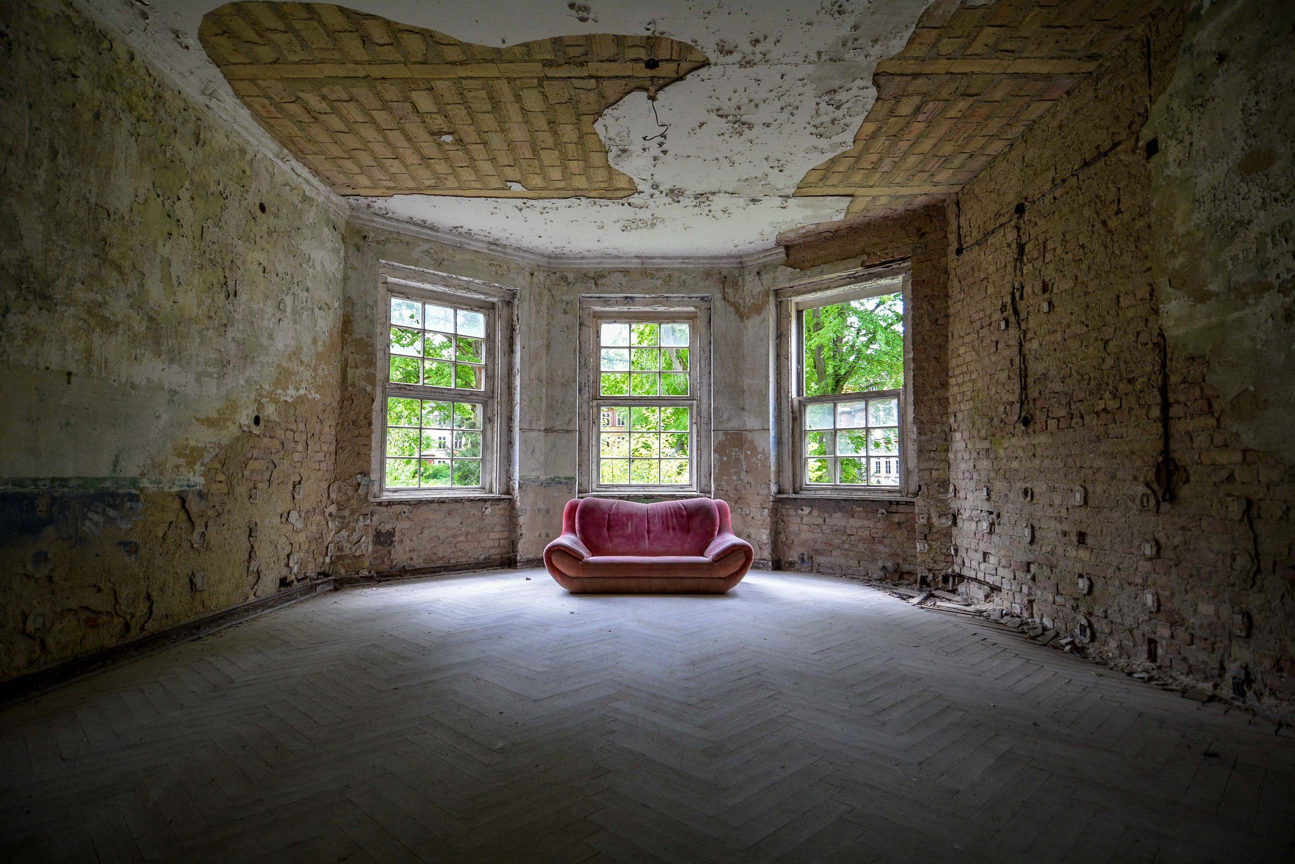 red couch abandoned sanatorium hospital tuberkulose heilstaette grabowsee sanatorium hospital oranienburg lost places abandoned urbex brandenburg germany deutschland