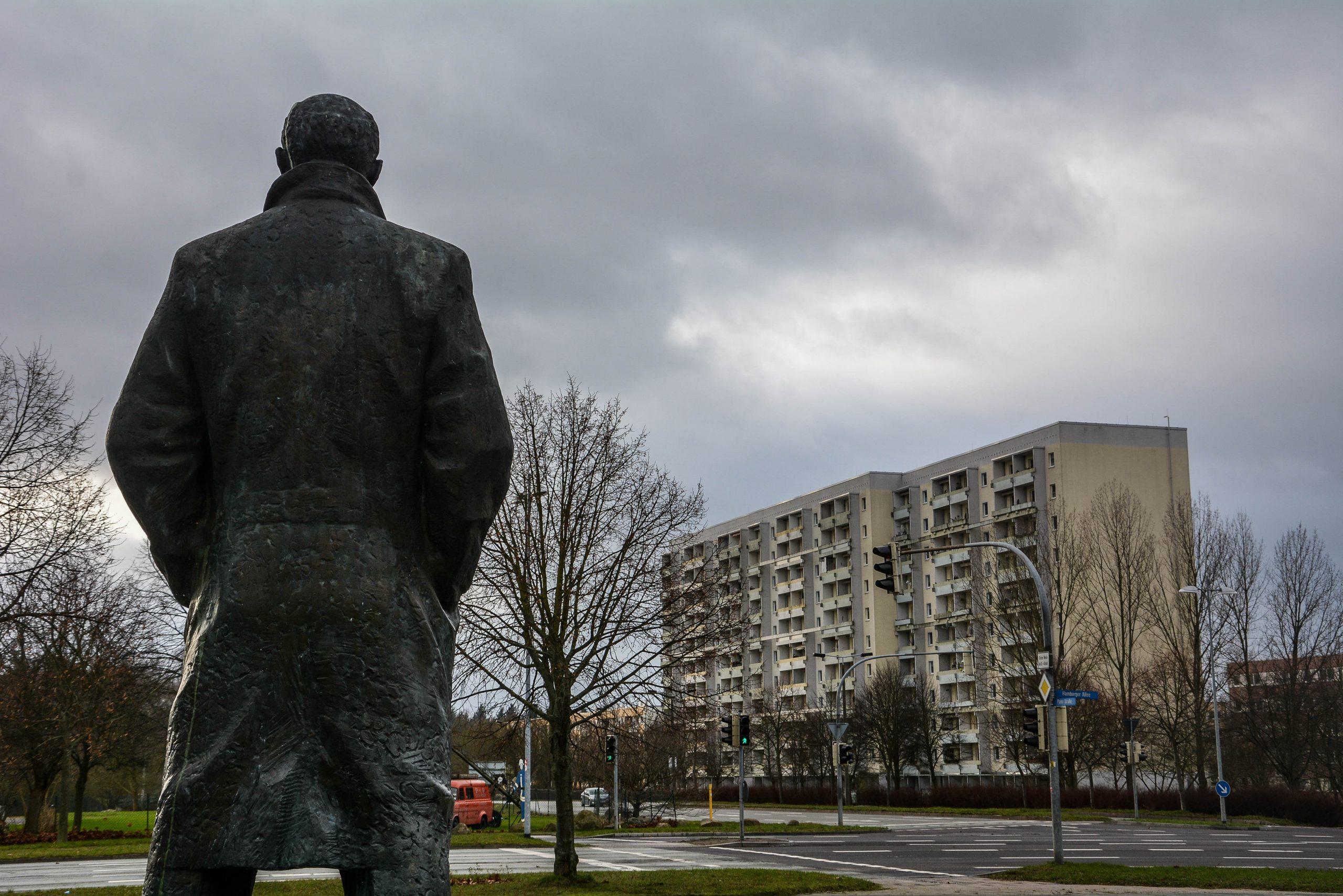 rueckenansicht lenin statue denkmal memorial schwerin mecklenburg vorpommern germany deutschland