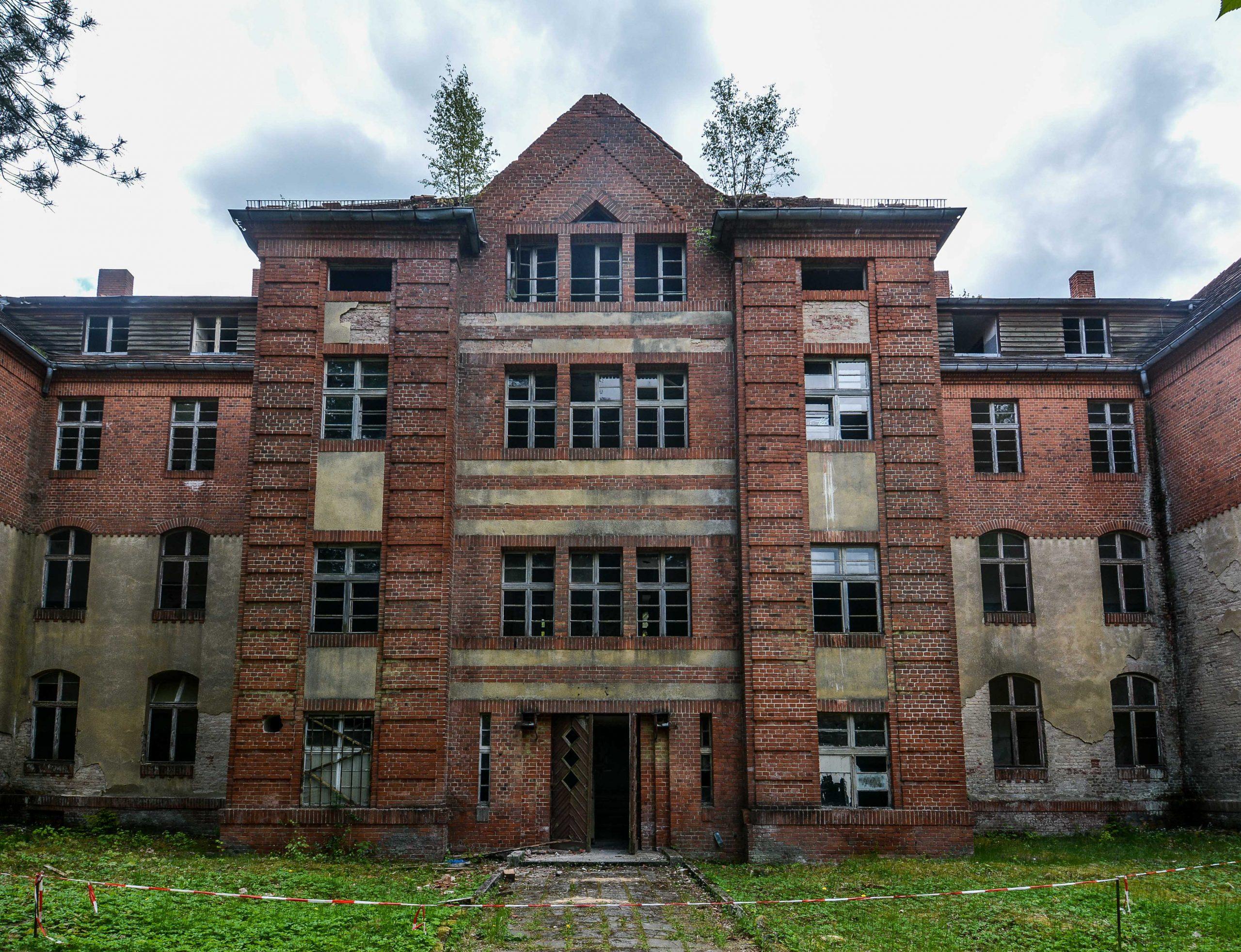 sanatorium wing entrance front view tuberkulose heilstaette grabowsee sanatorium hospital oranienburg lost places abandoned urbex brandenburg germany deutschland