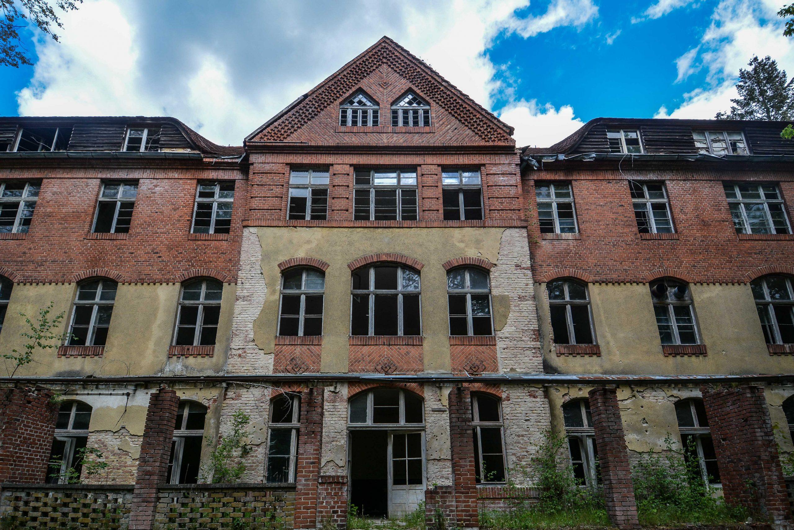 sanatorium wing front entrance view tuberkulose heilstaette grabowsee sanatorium hospital oranienburg lost places abandoned urbex brandenburg germany deutschland