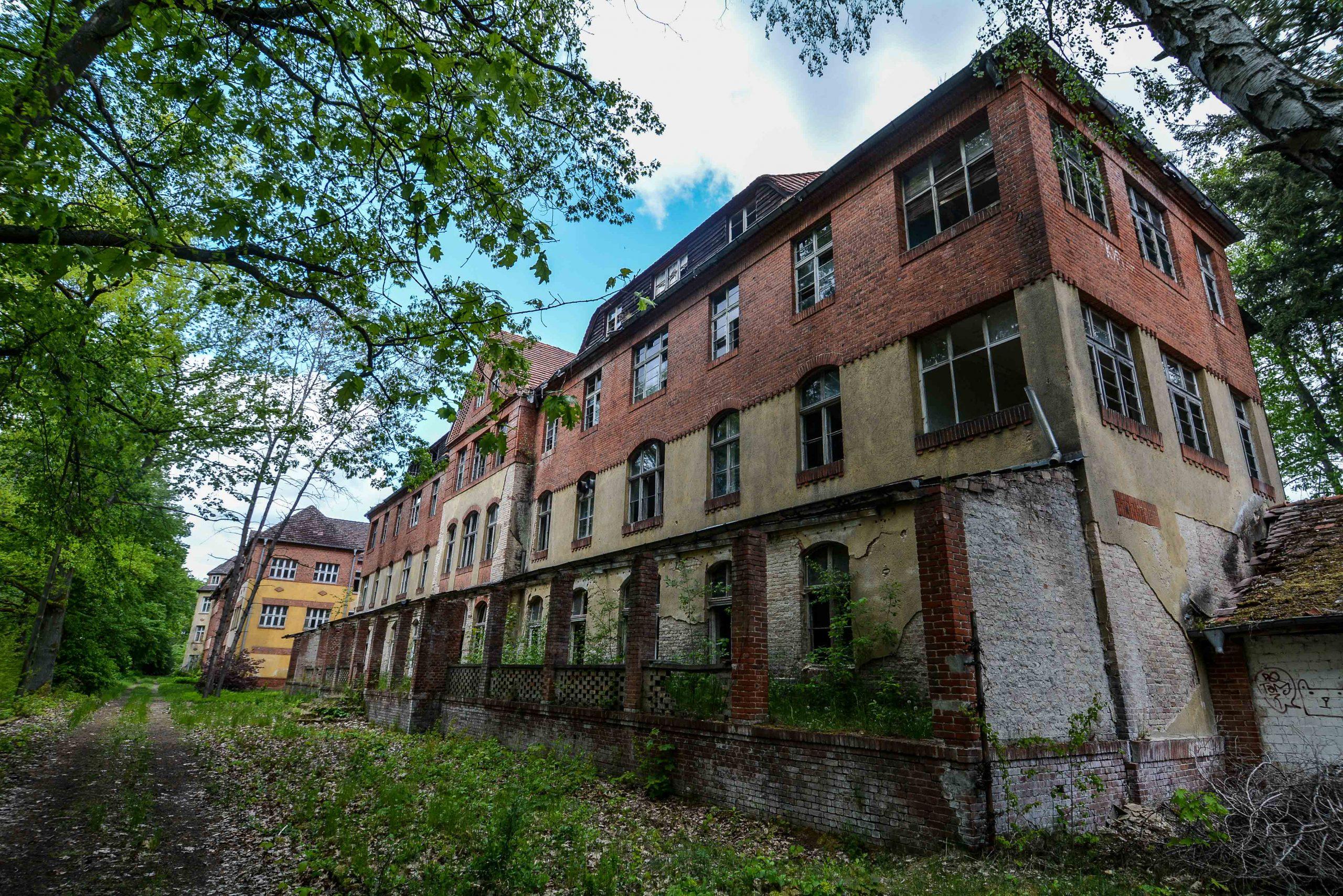 side view sanatorium wing tuberkulose heilstaette grabowsee sanatorium hospital oranienburg lost places abandoned urbex brandenburg germany deutschland