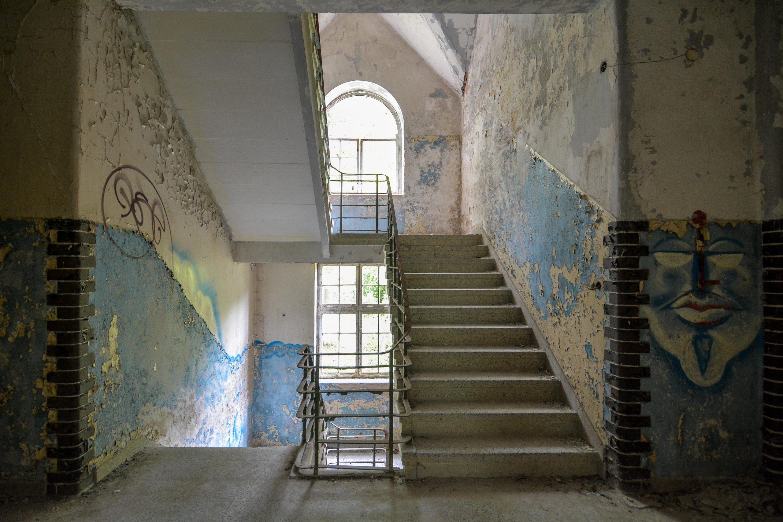 small staircase blue walls tuberkulose heilstaette grabowsee sanatorium hospital oranienburg lost places abandoned urbex brandenburg germany deutschland