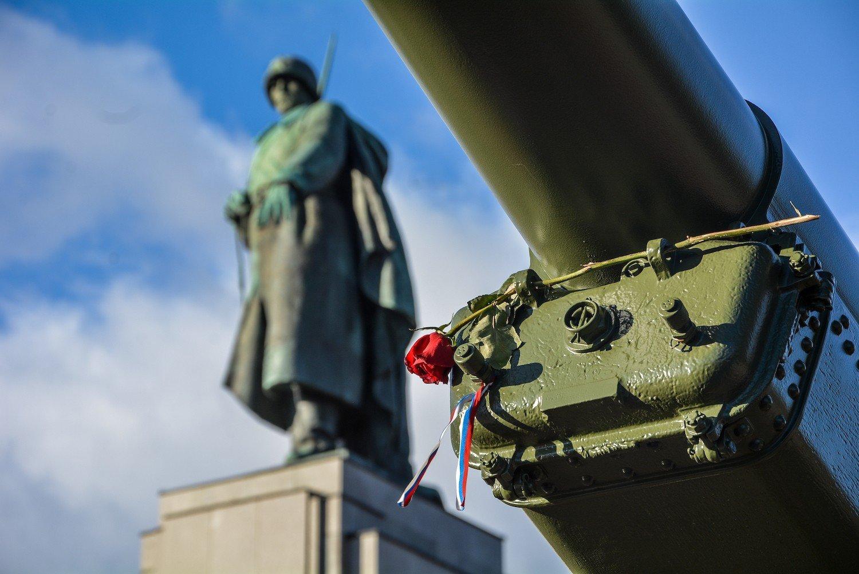 soviet soldier statue rose russian banner sowjetisches ehrenmal tiergarten soviet war memorial berlin germany