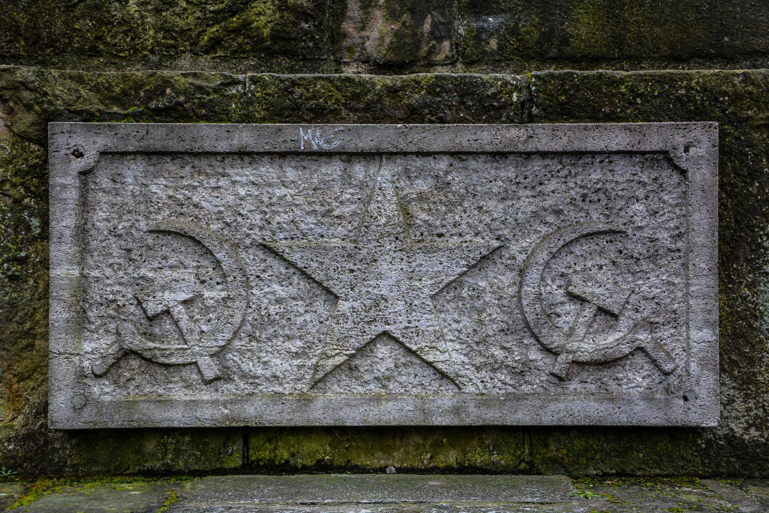sowjetisches ehrenmal berlin kaulsdorf soviet war memorial berlin kaulsdorf germany deutschland hammer und sichel tafel hammer and sickle communist panel