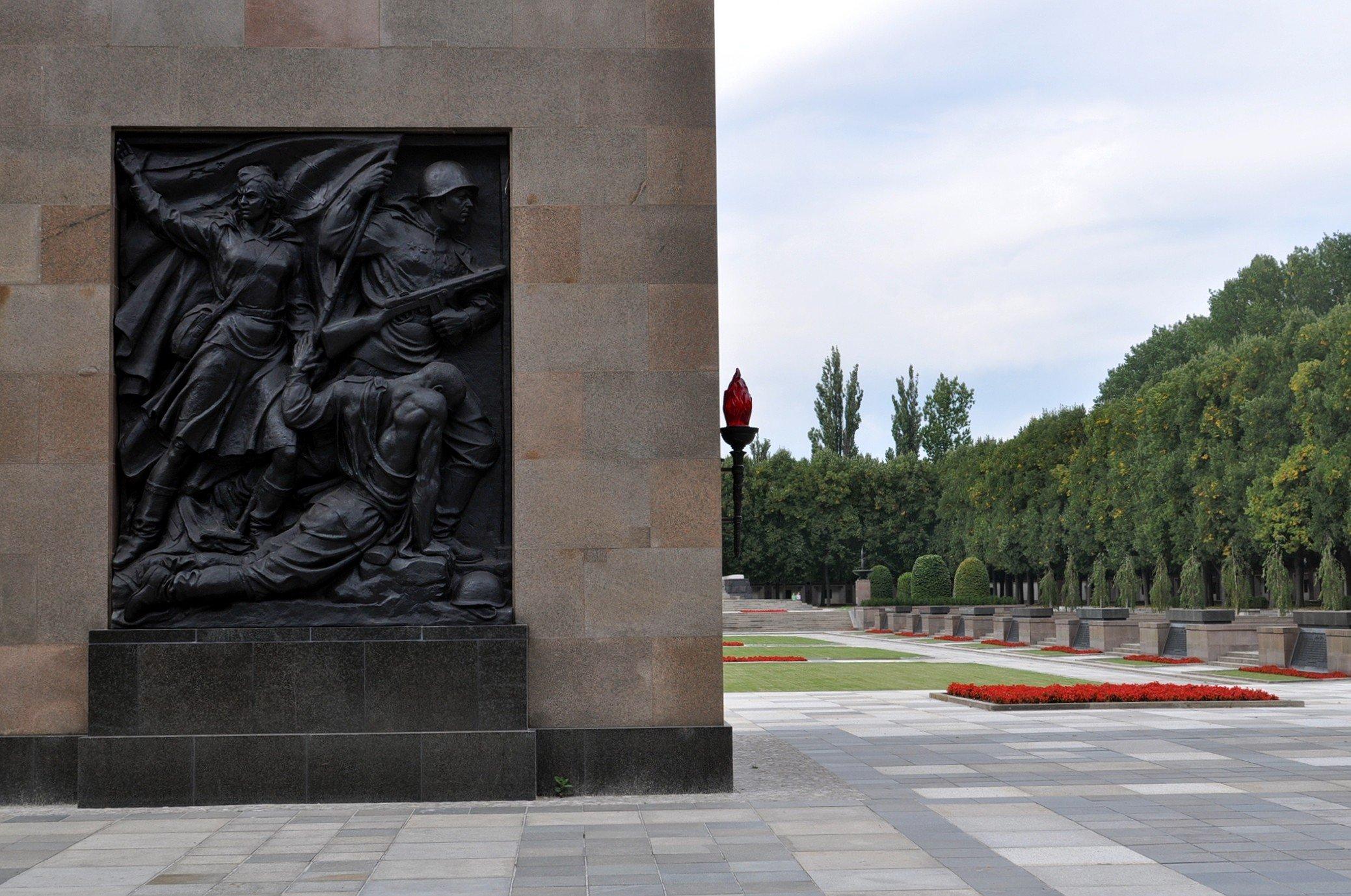 sowjetisches ehrenmal schoenholzer heide soviet war memorial schoenholzer heide berlin germany bronze relief soldaten