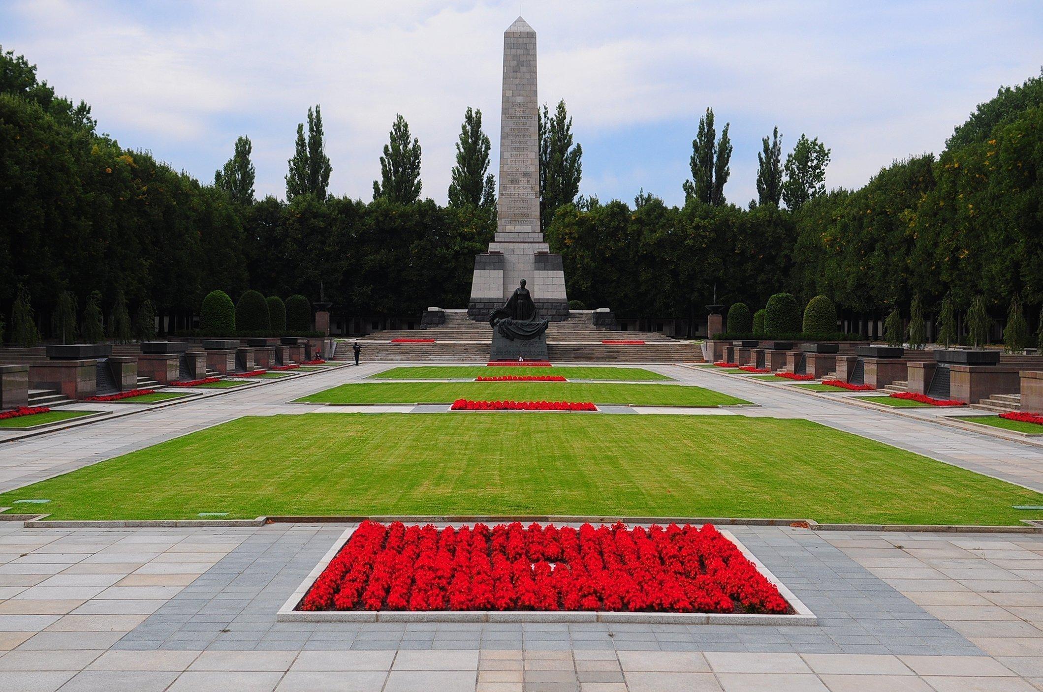 sowjetisches ehrenmal schoenholzer heide soviet war memorial schoenholzer heide berlin germany obelisk statue