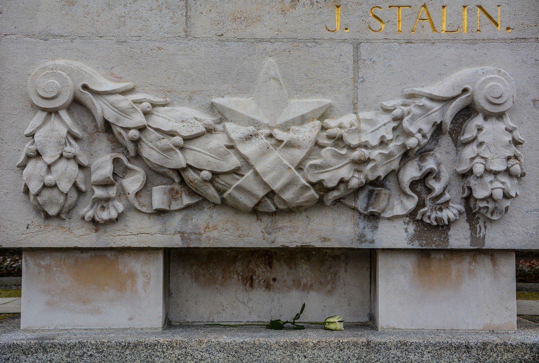 stalin engraving rose sowjetisches ehrenmal treptower park treptow soviet war memorial berlin germany
