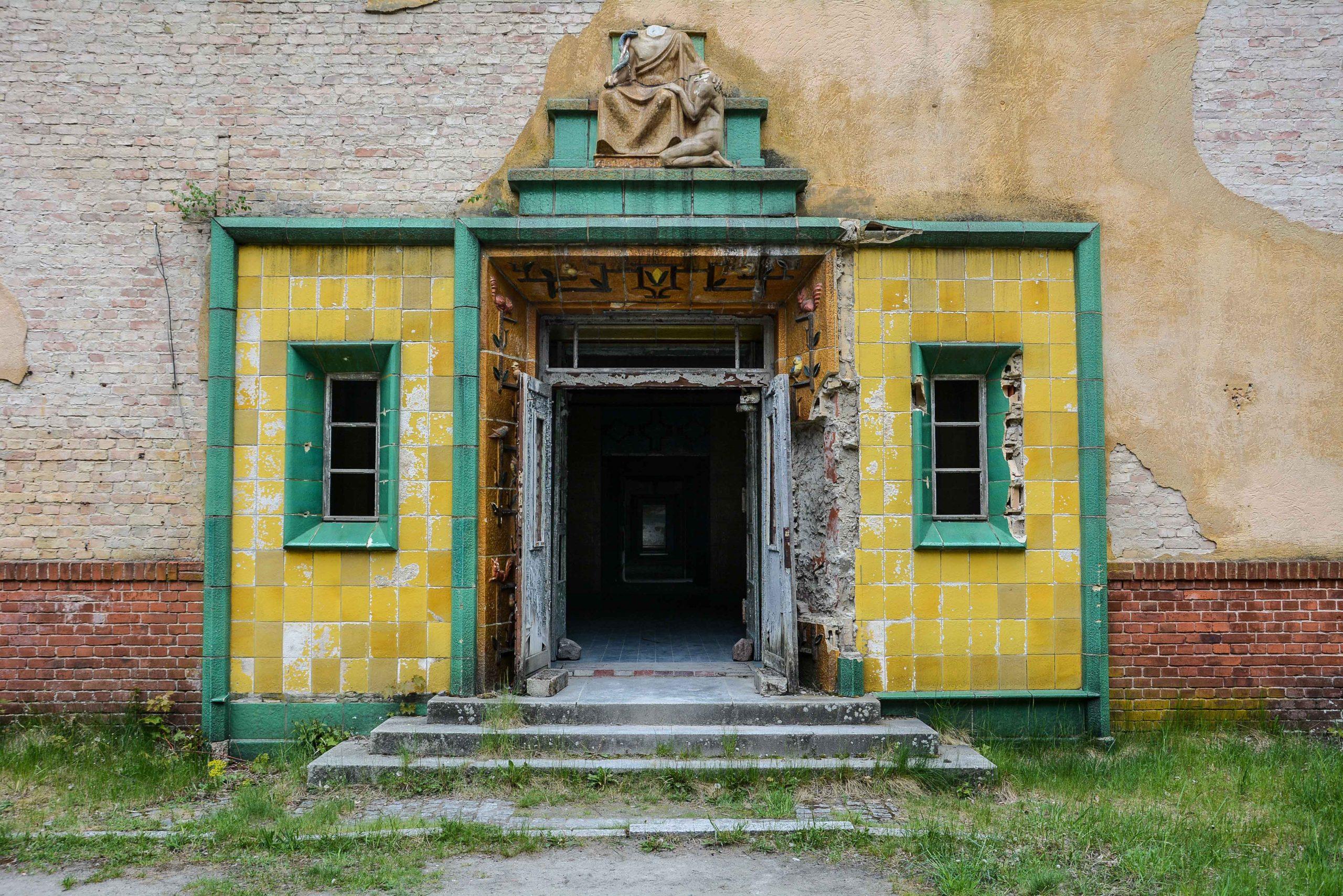 tiled entrance door tuberkulose heilstaette grabowsee sanatorium hospital oranienburg lost places abandoned urbex brandenburg germany deutschland