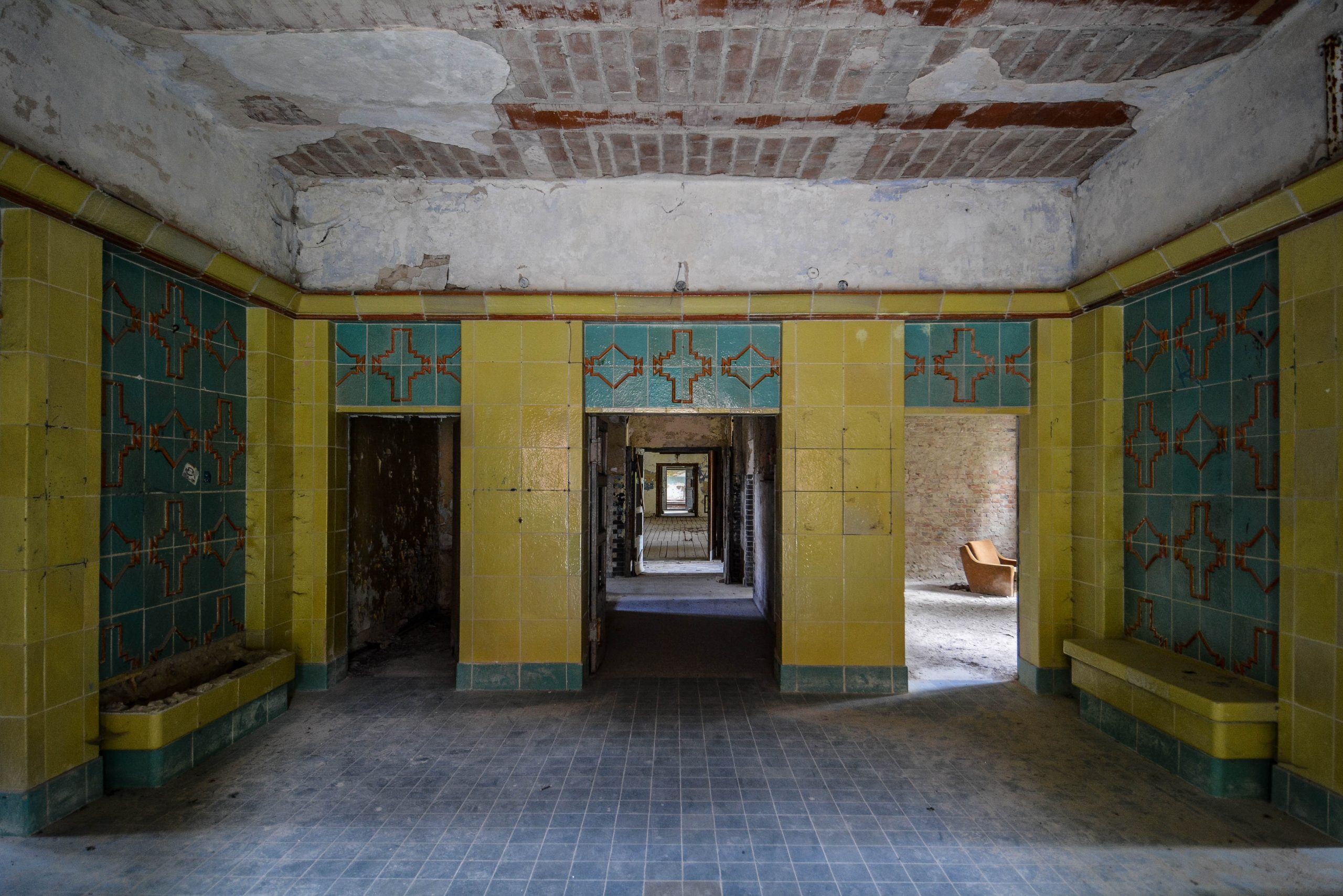 tiled entrance hall tuberkulose heilstaette grabowsee sanatorium hospital oranienburg lost places abandoned urbex brandenburg germany deutschland