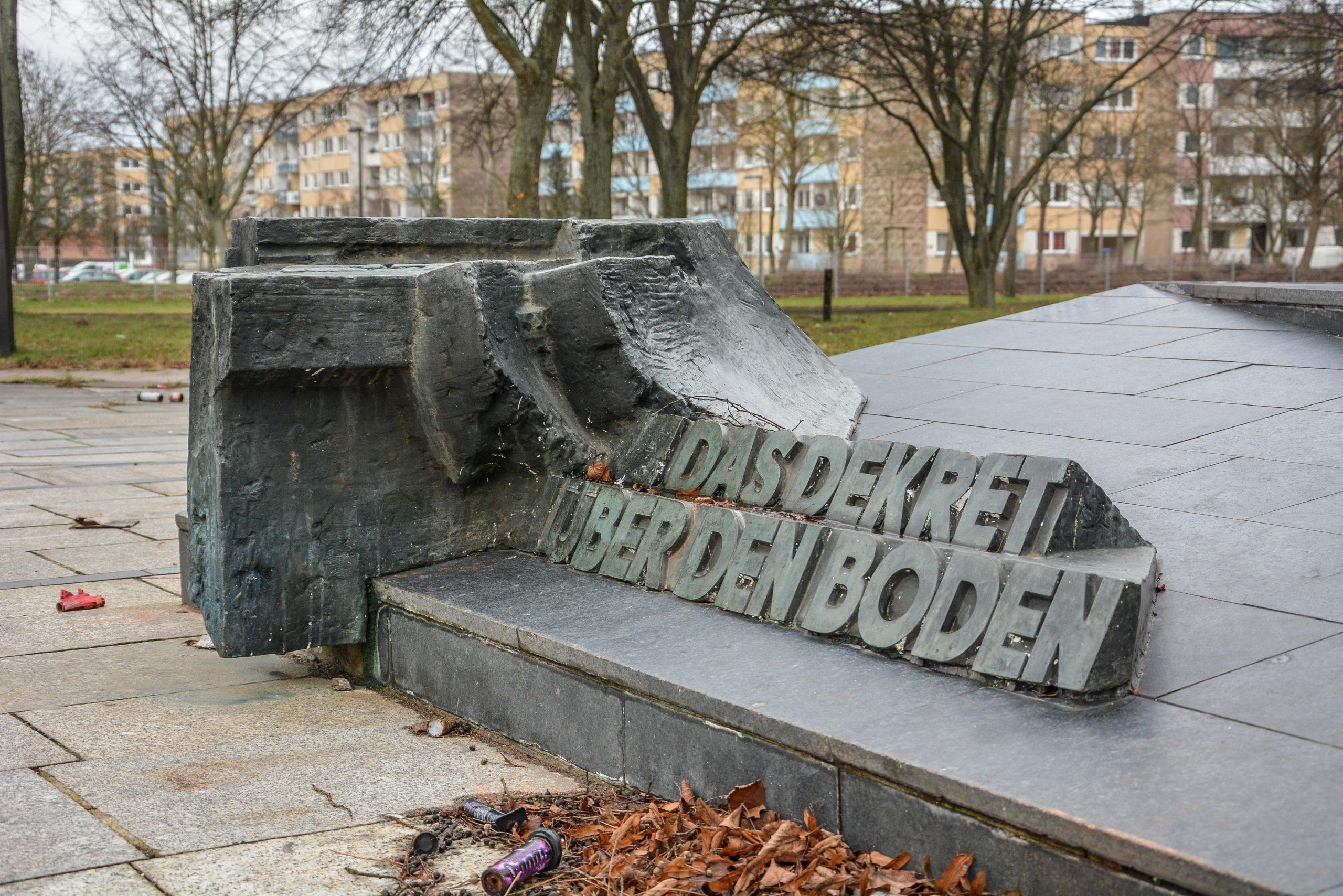 das dekret ueber den boden lenin statue denkmal schwerin mecklenburg vorpommern germany deutschland