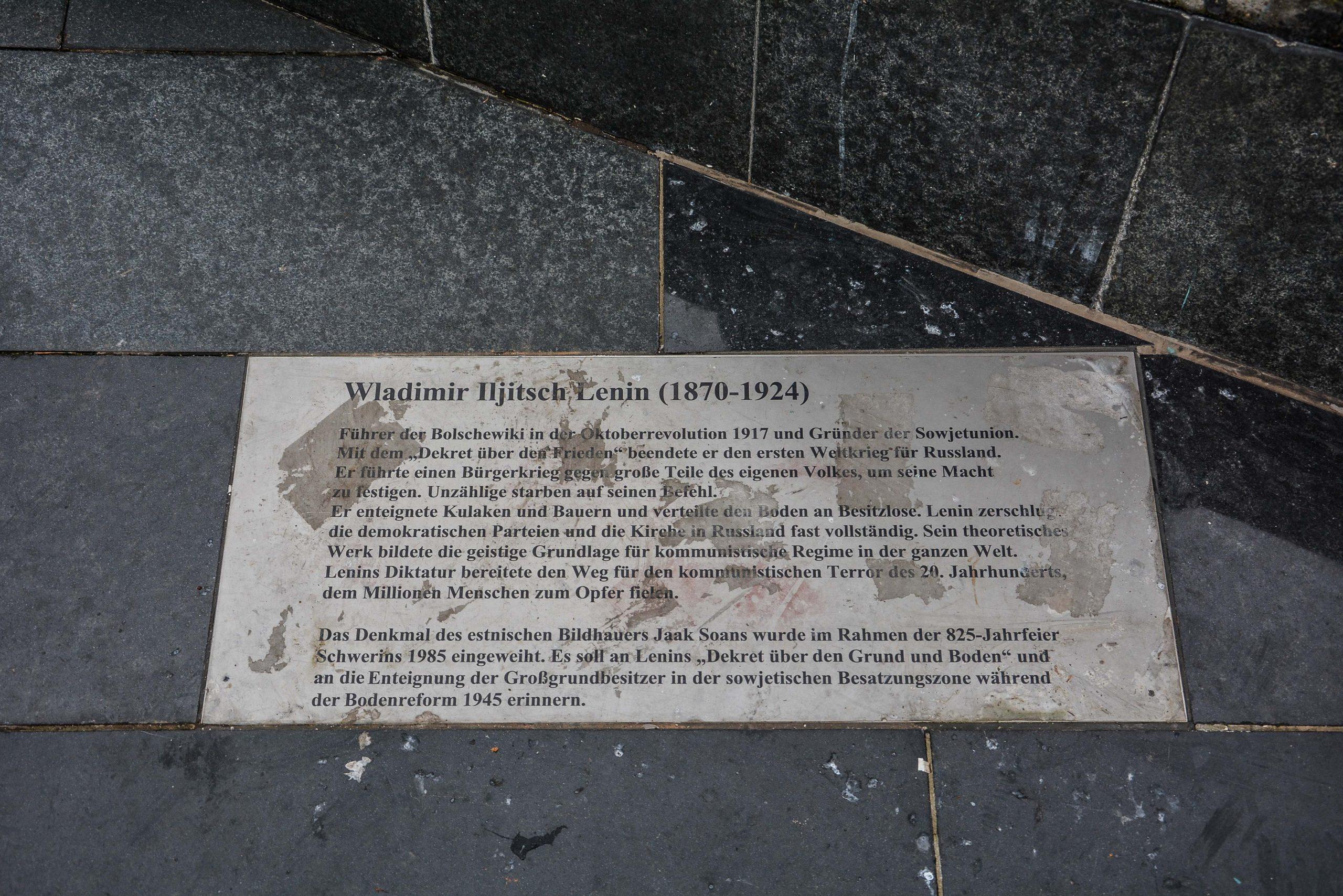 erklaerungstafael lenin denkmal monument statue schwerin mecklenburg vorpommern germany deutschland