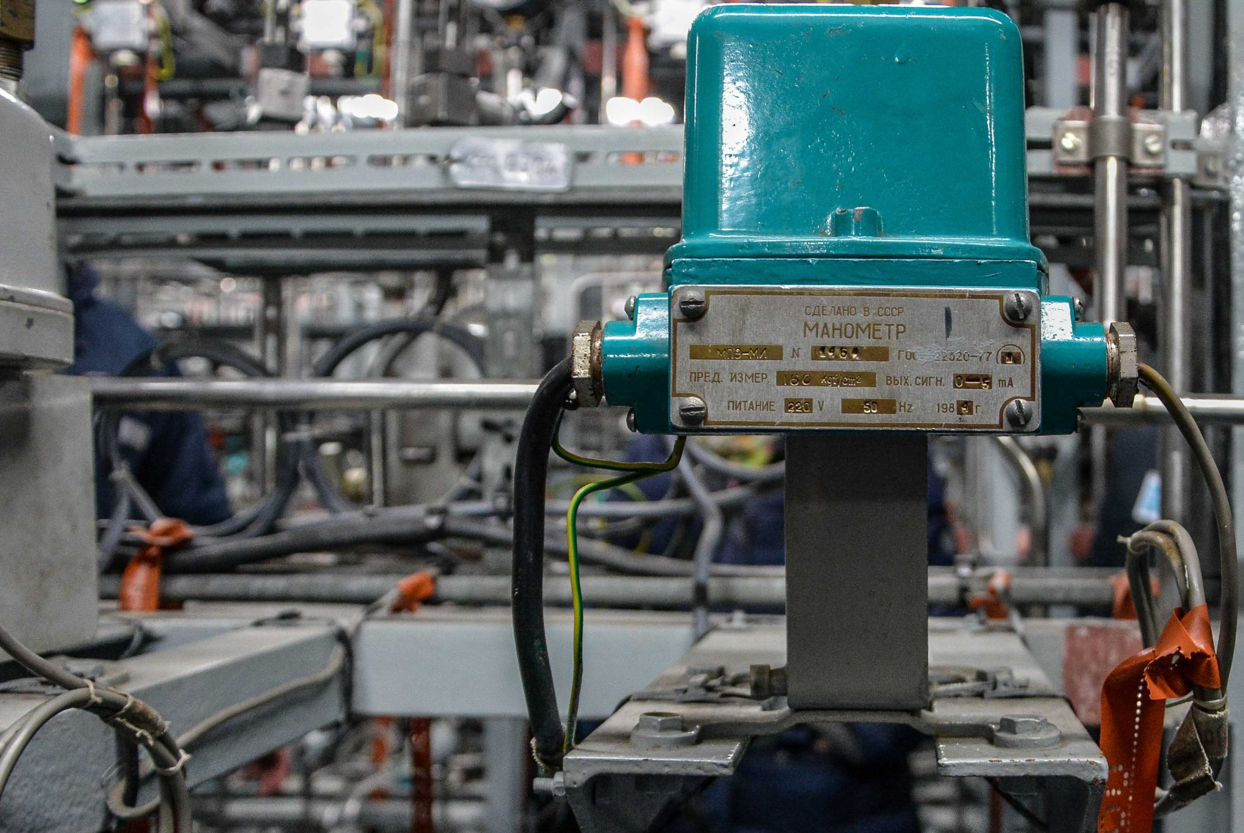 druck anzeiger pressure gauge nuclear reactor core innen ansicht nuklear reaktor kernkraftwerk greifswald nuclear powerplant ost deutschland east germany gdr DDR mecklenburg vorpommern