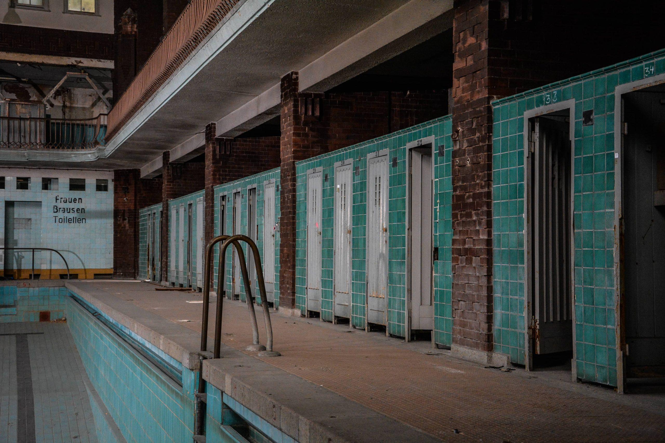 umkleidekabine stadtbad lichtenberg hubertusbad berlin abandoned pool urbex lost places