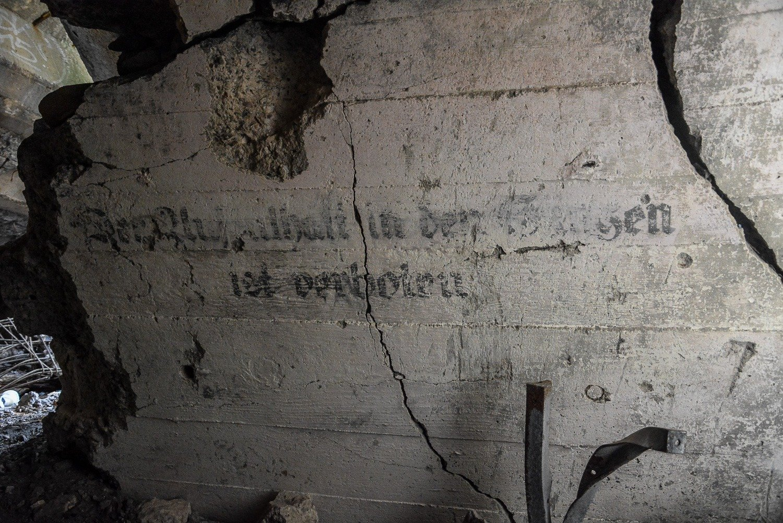 warnhinweis deutsche schrift luftschutzbunker lager koralle lost places abandoned urbex brandenburg bernau wandlitz