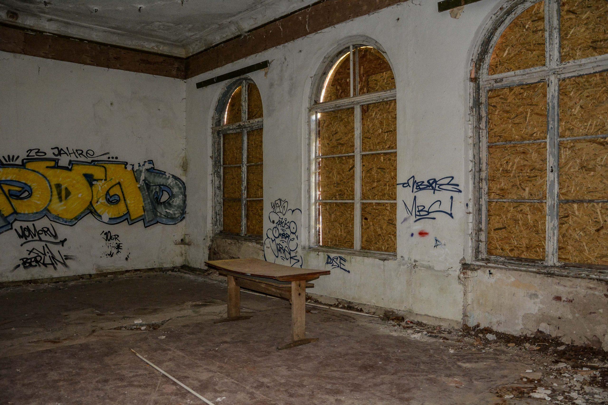 herrenhaus gentzrode tisch lost places brandenburg neuruppin gut gentzrode ost deutschland urbex abandoned