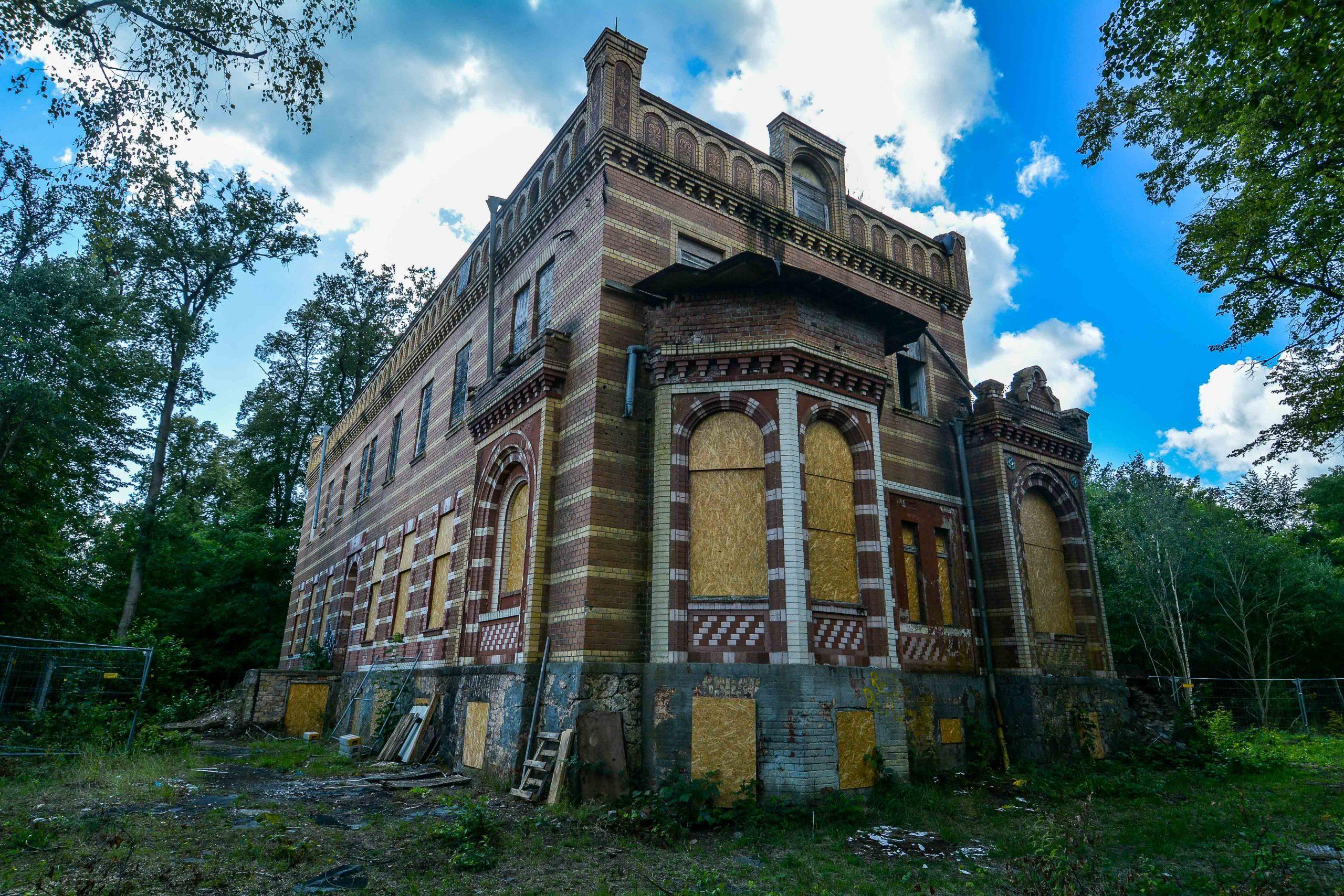 rueckseite fenster architektur historischer orientalismus herrenhaus gentzrode lost places brandenburg neuruppin gut gentzrode ost deutschland urbex abandoned