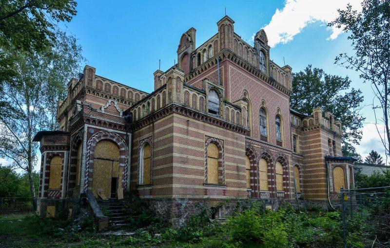 vorderseite eingang architektur historischer orientalismus herrenhaus gentzrode lost places brandenburg neuruppin gut gentzrode ost deutschland urbex abandoned