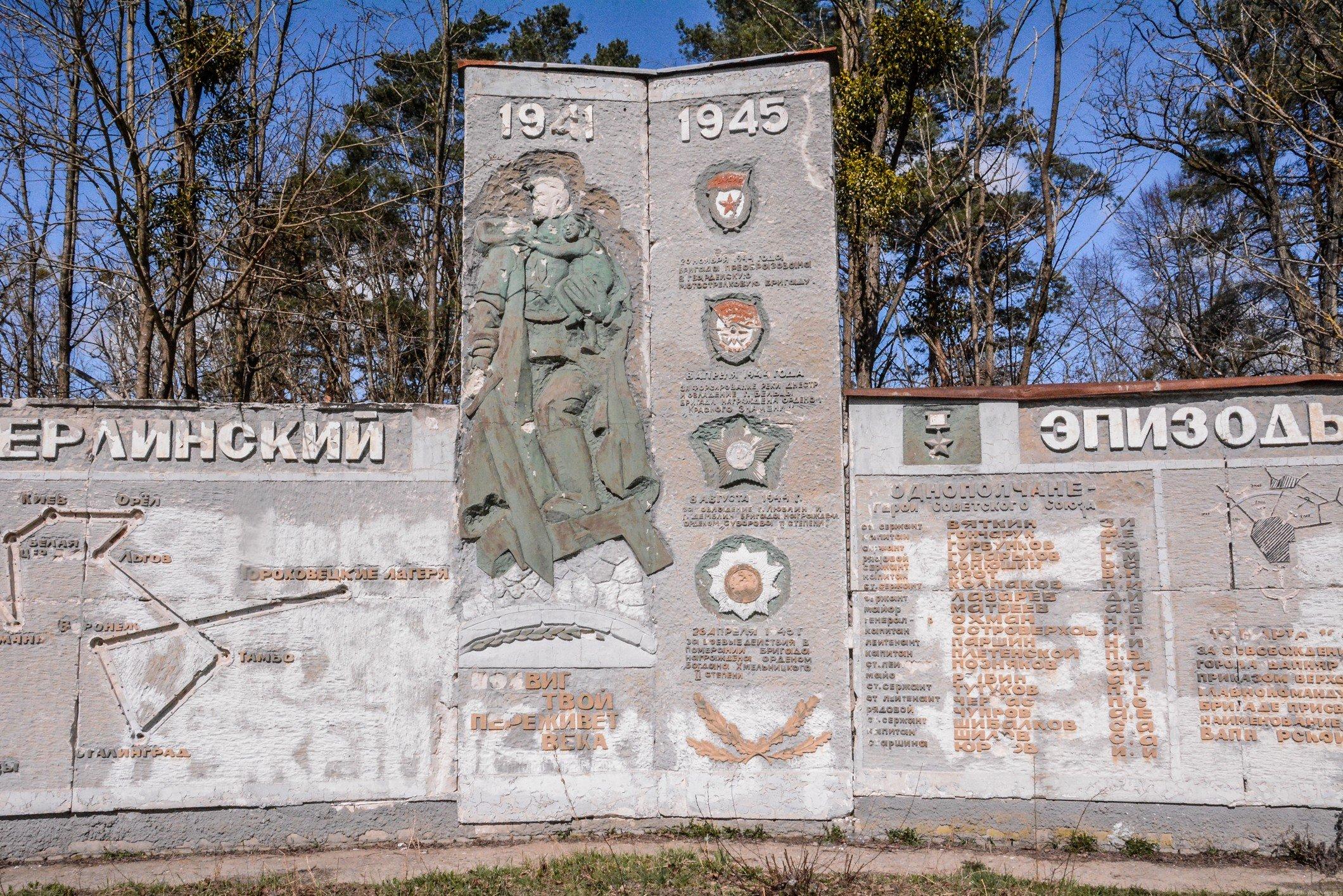 liberator statue close up view soviet war memorial sowjetisches ehrenmal fürstenberg drögen brandenburg deutschland lost places urbex abandoned